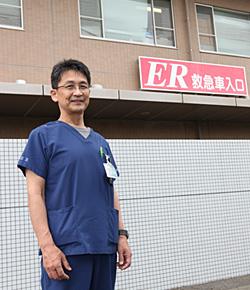 ER救急入口前に立つ廣兼医師